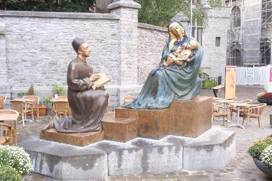 Auberge de Jeunesse de Tournai : Tournai - Skulpture vor der Kathedrale