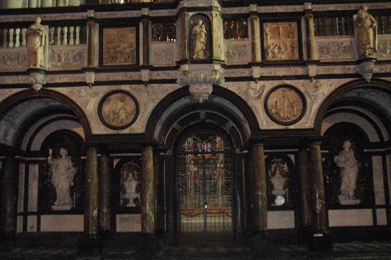 Auberge de Jeunesse de Tournai : Tournai - Catedral de Notre Dame >Innere,part 1