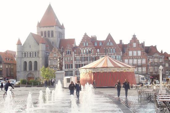 Auberge de Jeunesse de Tournai : Tournai-Eglise St Quentin,Grote Markt, Hainaut