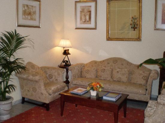 Hotel Puerta de Sevilla: Sitting area in lobby