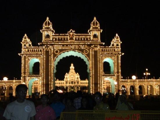 Mysore Maharajah's Paleis (Amba Vilas): palace_entrance_lights_++0216