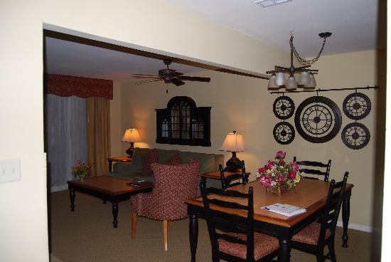 The Historic Powhatan Resort: Dining Room/Living Area with pull out sofa