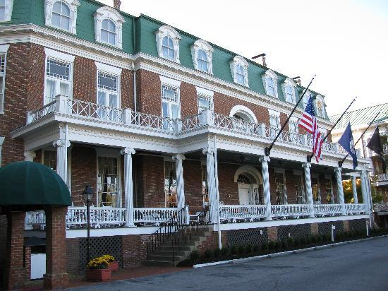 The Martha Washington Inn and Spa: Front view of the hotel