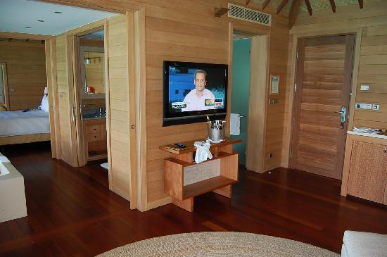 Four Seasons Resort Bora-Bora : LCD television in living room