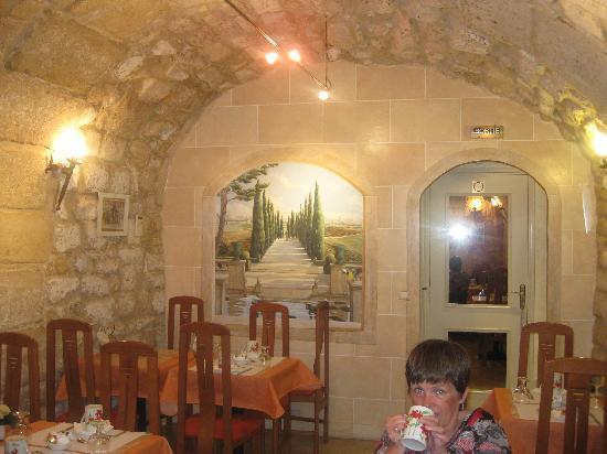 Hotel Louvre Sainte Anne: great breakfast room. Like a cellar