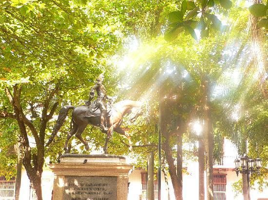Colombia: Simon Bolivar statue