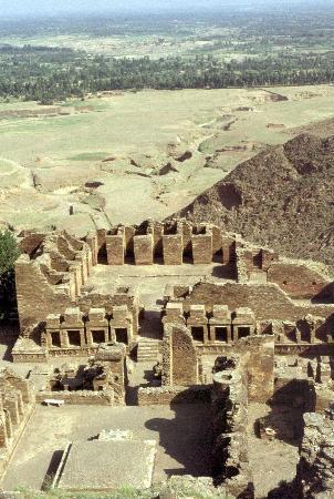les cellules des moines et la plaine de Mardan