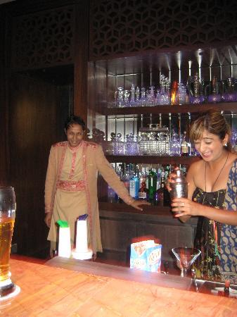The Leela Palace Udaipur: Excelent Staff in the bar