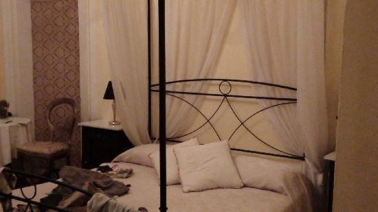 La Boheme: Canopy bed