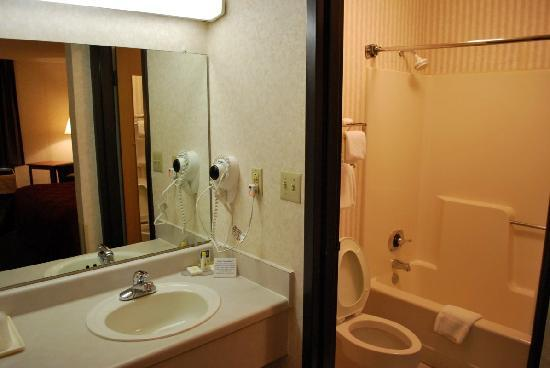 salle de bain avec wc s par picture of quality inn tupelo tripadvisor. Black Bedroom Furniture Sets. Home Design Ideas