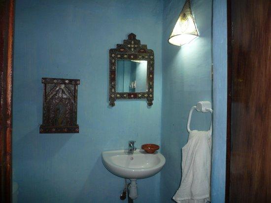 Riad Dalia Tetouan: la salle de bain + douche à gauche