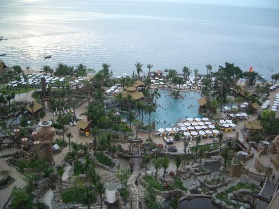 Centara Grand Mirage Beach Resort Pattaya : Pool from the balcony