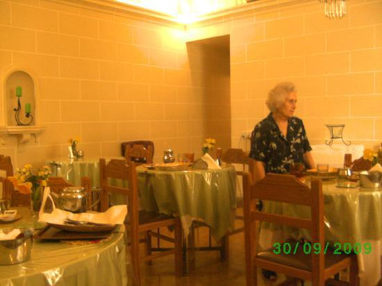 Asti Guest House: Annie at breakfast