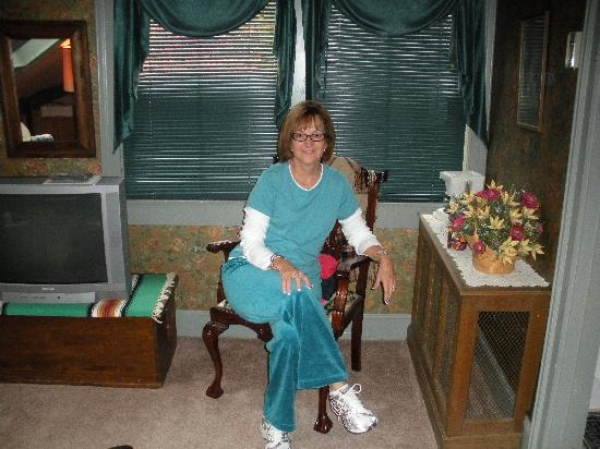 Country Willows Bed and Breakfast Inn: Karla Enjoys the Mountian View Room