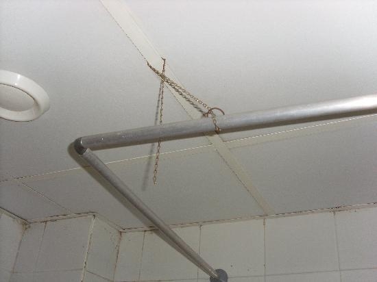 Veronica Hotel: Shower rail held up with chain from bath