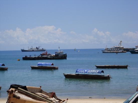 Bwejuu Village Guest House: Fishing and tour boats downtown Zanzibar