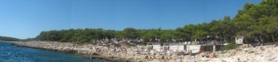 Hvar, Kroatien: şehrin coğrafi yapısını plajda ve hatta denizin içinde görebiliyorsunuz..uzun ince serit halinde