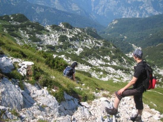 Ribcev Laz, Slowenien: Oli paras katsella omia varpaita, jotta pääsi eteenpäin louhikkoisella polulla.