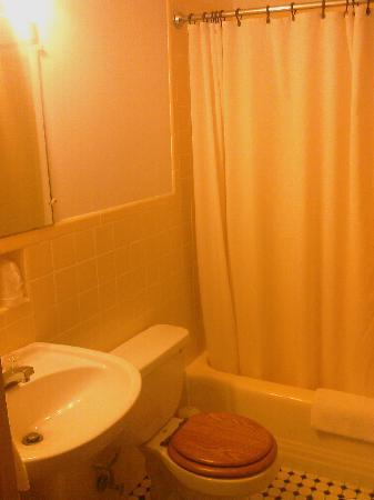 Riverside Inn: Bathroom