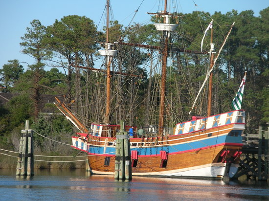 Avenue Grille and Events: Replica of first ship to arrive on Roanoke Island from England - opposite the restaurant
