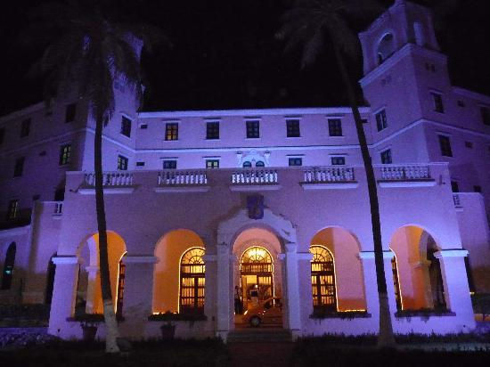 Hotel Caribe: Entrada del Hotel de Noche