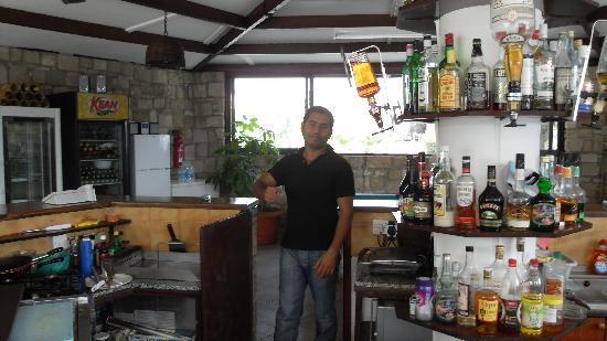 Hilltop Gardens Hotel Apartments : what a character-should win best barman of the year award