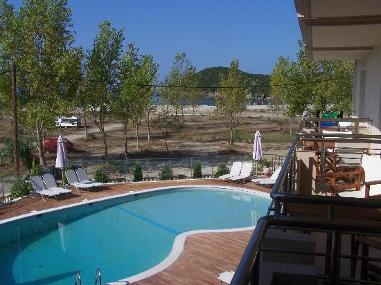 Ammoudia, Grèce : Pool area with beach in background