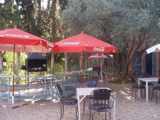 Chems Le Tazarkount: le buffet au bord de la piscine