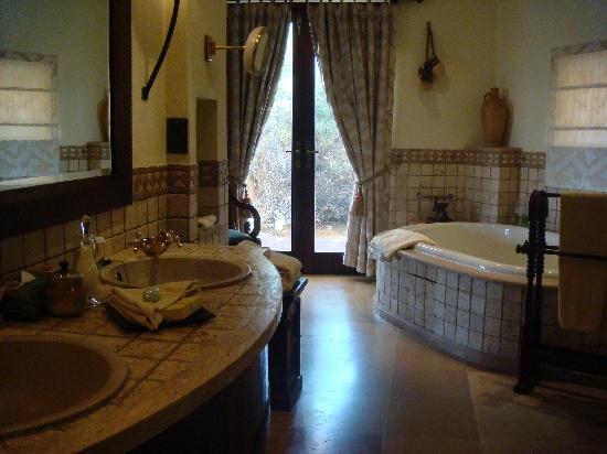Al Maha, A Luxury Collection Desert Resort & Spa: the bathroom