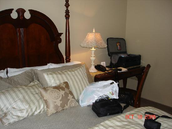 Old Stone Inn Boutique Hotel: Queen bed