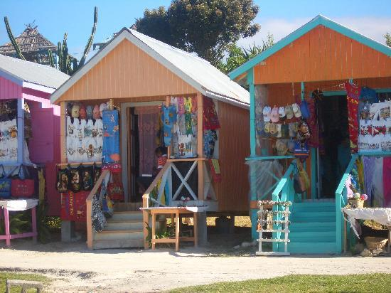 Pineapple Beach Club Antigua: Bunte Verkaufshäuschen direkt am Strand