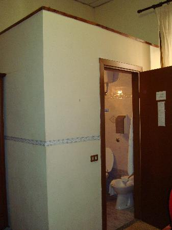 Hotel Cambridge: Cuarto de baño incrustado en la habitación