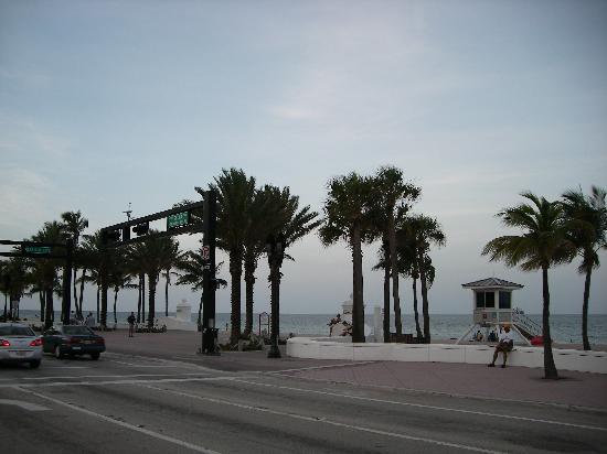 Marriott's BeachPlace Towers: beach across the street