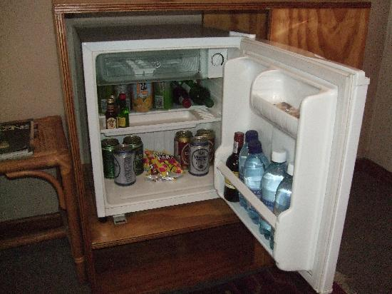 Hotel Pension Moni : Stocked minibar with snacks and drinks