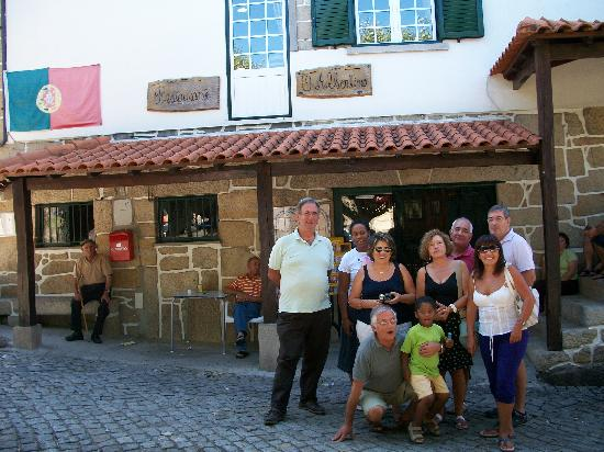 Gouveia, Portugalia: After lunch. Watch how happy we are all