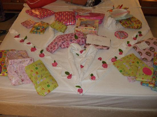 Palm Wings Beach Resort: Maids set my daughters bed for her Birthday