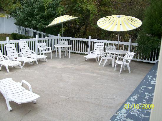 Honeysuckle Inn and Conference Center: Pool Patio
