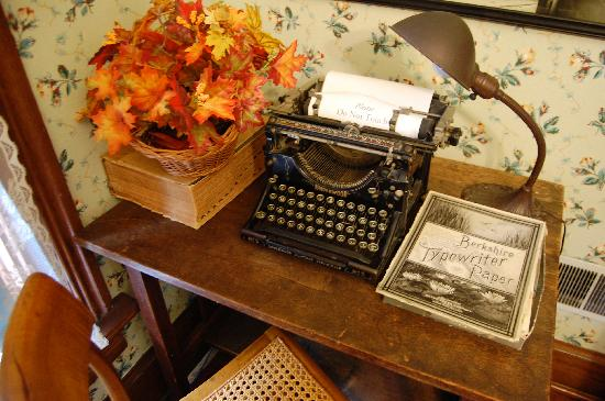 Thurber House: Note sign on typewriter.