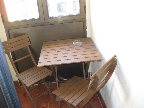 Hostal Felipe V : Enclosed smoking balcony, facing Calle de Gran Via