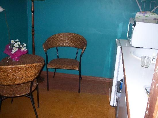 Sonja's Bed & Breakfast: Kitchette & eating area