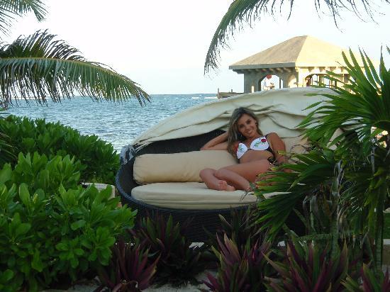 Coco Beach Resort: comfy beach chairs