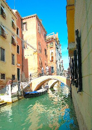 Hotel Ala - Historical Places of Italy: Canal at rear of hotel