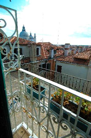Hotel Ala - Historical Places of Italy: Veiw from suite