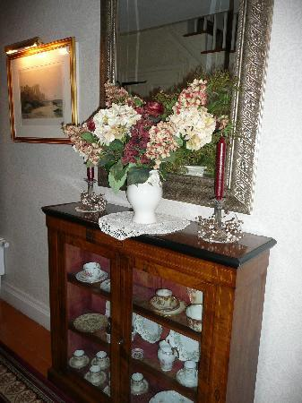 ‪‪Applewood Manor Bed & Breakfast‬: Some of the beautiful antiques‬