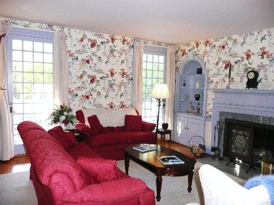 Applewood Manor Bed & Breakfast: Living Room/TV Room