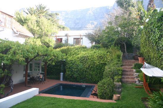 Acorn House: Gartenblick mit kleinem Pool