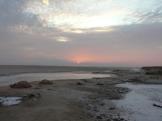 Hotel Sahara Douz: lever du soleil sur le lac salé