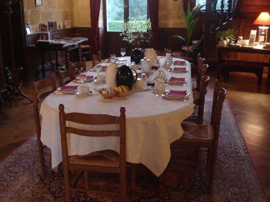 Chateau Julie: La table prête pour le petit-déjeuner