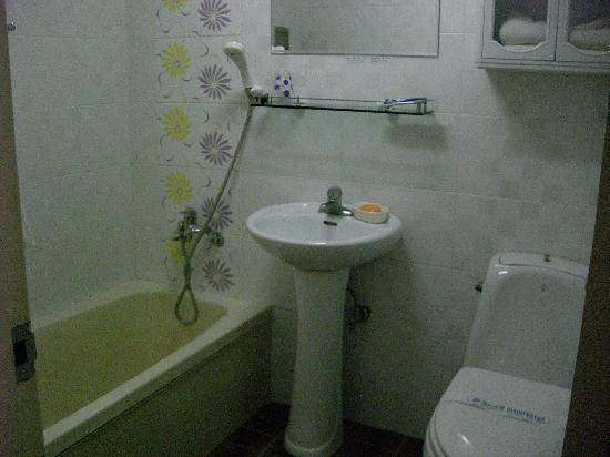 Dongshin Hotel: お風呂・洗面所・トイレです。きれいに清掃されてましたよ。