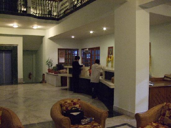 Hotel  Lhaki : フロント